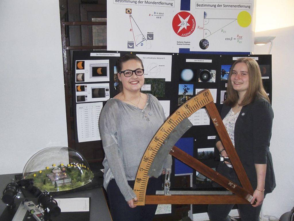 Saskia Krommes und Stefanie Zilgalvis - Mond- und Sonnenentfernung