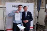 Solingens OB Tim Kurzbach gratuliert Tobias Gerbracht