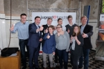Solingens Oberbürgermeister Tim Kurzbach gratuliert den CFG-Schülern und MINT-Lehrer Michael Winkhaus zu ihrem großartigen Erfolg