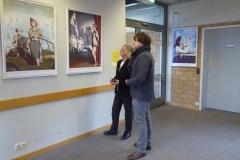 Anne Linsel und Tim Schiller betrachten die Ausstellung