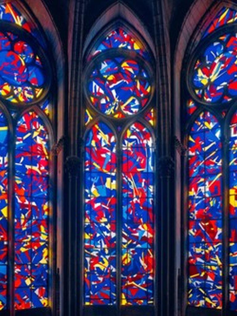 Die vom Künstler Imi Knoebel als Geste der Wiedergutmachung gestalteten Buntglasfenster in der Kathedrale von Reims