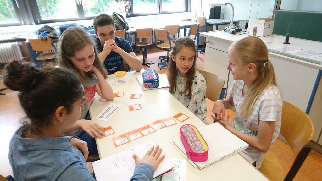 Schülerinnen der 6a mit ihren Paten an den Stationen zur Pille und zum Kondompuzzle