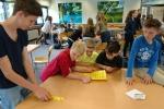Schüler*innen der Klasse 6c mit ihren Ersatz-Paten an Stationen im Veranstaltungsraum