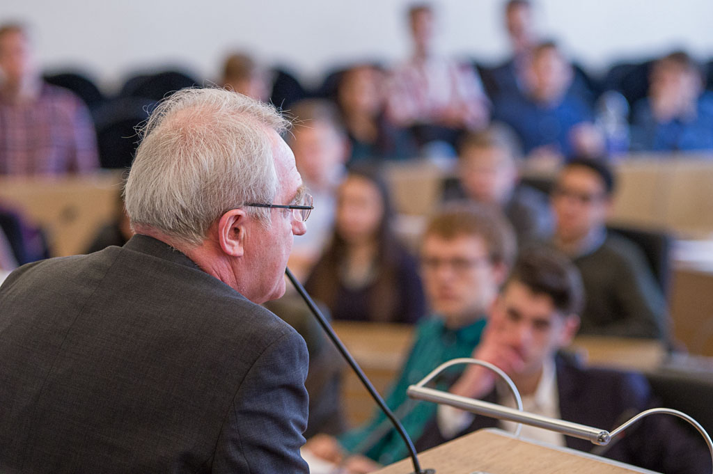 MdEP-Rainer-Wieland-im-Gespräch-mit-den-Schülern