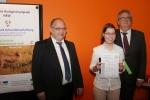 Urkundenverleihung an Katharina Tscheu durch Joachim Schöpke, MSB, und Dr. Frank Berendes, Bayer AG