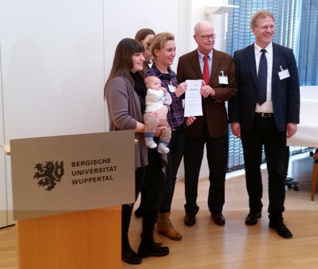 Dr Jörg Mittelsten Scheid überreicht die Urkunde