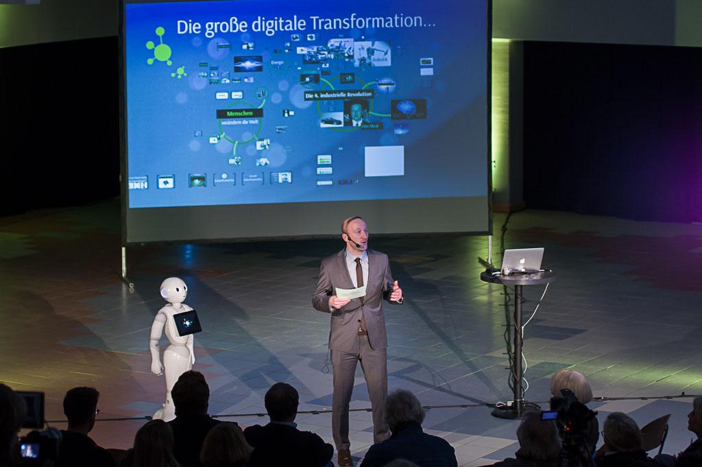 Schulleiter Reinold Mertens begrüßte das Publikum zum Vortrag von Jörg Heynkes.