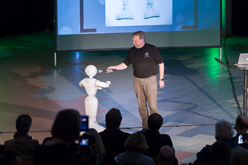 Jörg Heynkes interviewt Roboter Pepper.