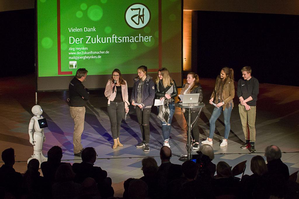 Schülerinnen und Schüler des Leistungskurses Sozialwissenschaften (Q1) befragten Jörg Heynkes nach Chancen und Herausforderungen des digitalen Wandels.