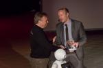 Schulleiter Reinold Mertens bedankte sich bei Jörg Heynkes mit einem Buch von Alfred Grosser, der im vergangenen Jahr am CFG sprach.