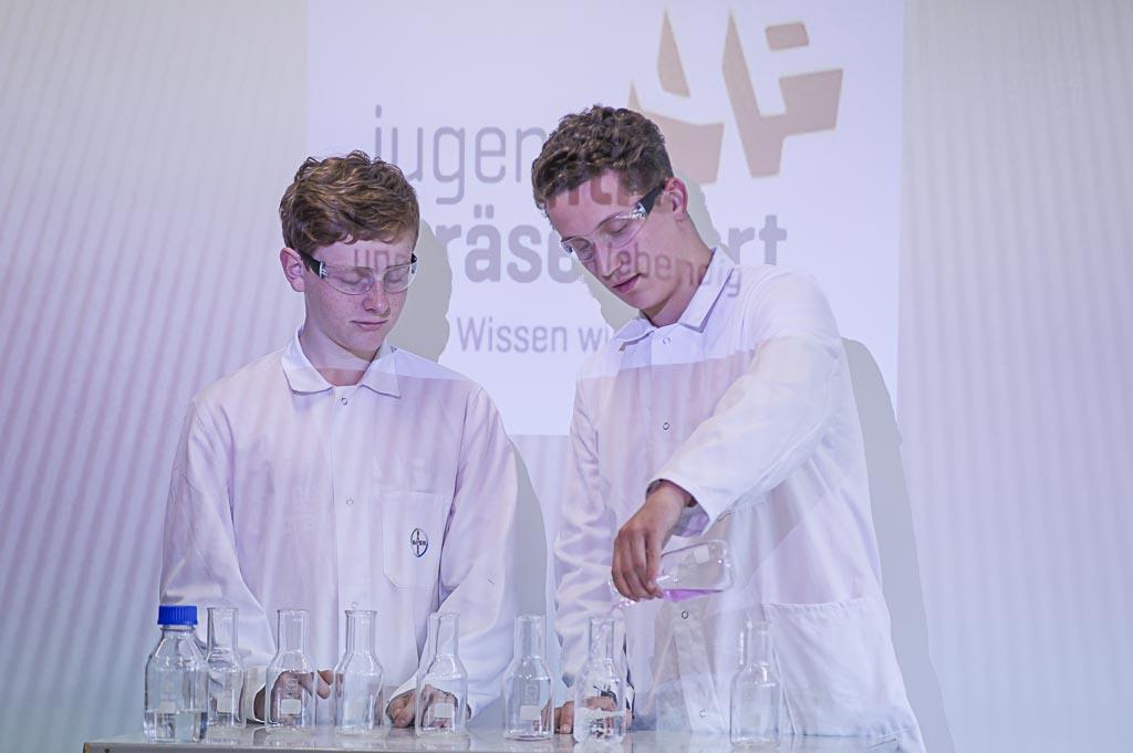 Der Leistungskurs Chemie präsentierte Experimente.
