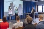 Schülerinnen des Leistungskurses Sozialwissenschaften (Q1) begrüßen MdB Jürgen Hardt.