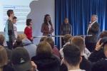 Schülerinnen und Schüler im Gespräch mit MdB Jürgen Hardt.