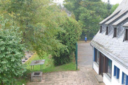 Rückfront mit Grillplatz und Blick auf Beachvolleyplatz und Sportplatz_512